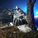 20-Jähriger gegen Baum geprallt und schwer verletzt- Auto brennt