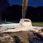 PKW kracht gegen Baum und brennt - Ersthelfer retten Mann