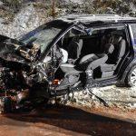 Auto kracht auf schneeglatter Straße gegen Laster