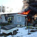 Gartenhaus brennt lichterloh und zündet durch