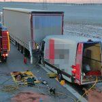 Fahrer eingeklemmt: Transporter kracht ungebremst in Lastzug