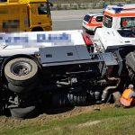 Gefahrgutlaster kippt auf die Seite, Fahrer schwer verletzt