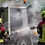 LKW-Brand bemerkt und noch rechtzeitig auf Parkplatz gelenkt