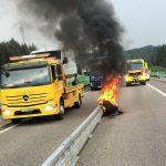 Rad auf A71 abgeflogen und im Gegenverkehr in Brand geraten