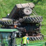 Traktor überschlägt sich am Hang: Fahrer schwer verletzt