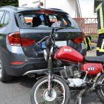 Schwer verletzt: 17-Jähriger fuhr frontal in geparktes Auto