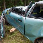 Fahrer überschlägt sich im Ilm-Kreis und kracht gegen Baum