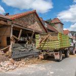 Traktor kracht im Reinstädter Grund gegen Hauswand
