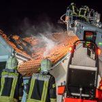Blitzeinschlag und plötzlich Flammen aus Reihenhaus in Nöda