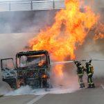 Lastzug brennt unter Autobahnbrücke auf der A9 bei Schleiz aus