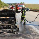 Brennender PKW auf A38: Feuer griff auf Böschung über