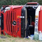 Über alle Fahrbahnen: Lastzug auf der A9 bei Lederhose umgestürzt