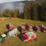 Hubschrauber löschen von oben: Waldbrand fordert kreisübergreifende Unterstützung