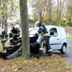 Fahrerin kommt in Heiligenstadt von Straße ab und fährt gegen Baum