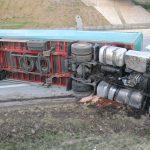 Lastzug fährt Böschung hinauf und stürzt bei Schleiz um