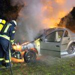 Flammen schlagen aus Motorraum: Feuerwehr löscht brennendes Auto