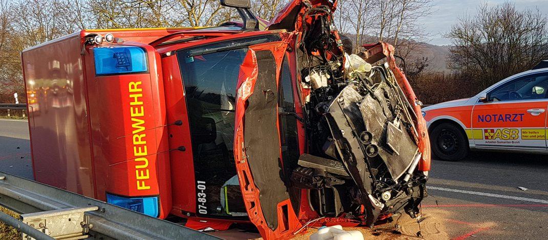 Rettungswagen stürzt nach Frontalcrash bei Bad Köstritz auf die Seite