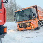 Alles nur wegen zwei gelben Säcken: Müllauto steckt in Blankenhain im Schnee fest
