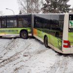 Stadtbus kommt auf schneeglatter Fahrbahn in Weimar ab und blockiert B85