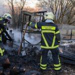Berufsfeuerwehr löscht brennendes Gartenhaus in Weimar - Mann schwer verletzt