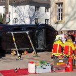 Auto kippt in Erfurt um: Feuerwehr muss schwer verletzte Fahrerin befreien