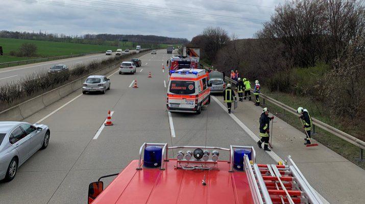 Auspuff verloren: Fahrerin muss auf A4 bei Magdala