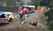 Motorradfahrer überholt bei Bad Lobenstein und wird über Leitplanke geschleudert