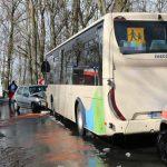 Kurzer heftiger Schneeschauer: PKW kracht in Bus im Saale-Orla-Kreis