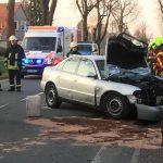 Mann fährt auf der B4 in Straußfurt gegen Baum und wird schwer verletzt