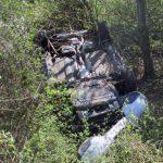 Auto landet neben der A38: Zwei Insassen verletzen sich schwer