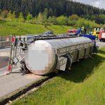 Tanklaster kippt an Baustelle auf A71 bei Tunnel Alte Burg um