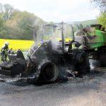 Traktor samt Anhänger auf Feldweg bei Uder in Flammen