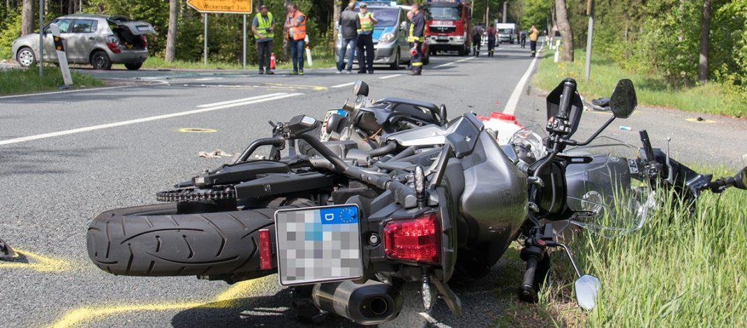84-Jähriger biegt einfach ab: Tödlicher Motorradunfall bei Saalfeld