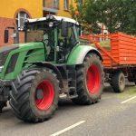 Gehäckseltes Gras verteilt sich mitten in Erfurt auf der Straße