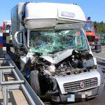 Kurz eingeschlafen? Transporter kracht auf A4 bei Hermsdorf in LKW