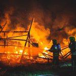 Zeugen gesucht: Feuer zerstört Scheune in Gera - Bahnstrecke gesperrt