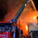 Wohnhaus in Harra nach Brand zerstört - Feuerwehrmann und Polizist verletzt