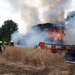 Plötzlich Flammen und Rauch: Mähdrescher auf Feld bei Wurzbach abgebrannt