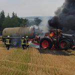 Traktor brennt während Erntearbeiten auf einem Feld bei Remptendorf