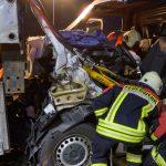 Kleintransporter kracht in Laster auf der A4 - Fahrer schwer eingeklemmt