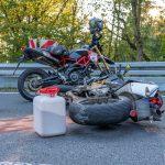 Kontrolle verloren: Motorradfahrer fährt bei Blankenhain gegen die Leitplanke