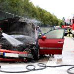Auto brennt auf A38 aus: Fahrerin kann sich rechtzeitig in Sicherheit bringen