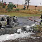 Gegen Baum geprallt: Auto brennt im Saale-Orla-Kreis aus - Sekundenschlaf ursächlich