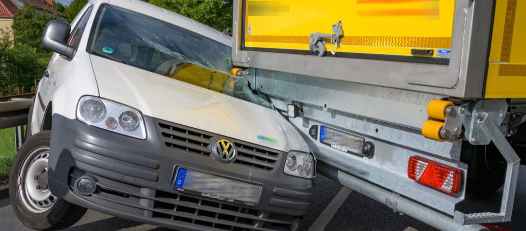 Achtung! Fahrzeug schwenkt aus: Caddy verkeilt sich bei Unfall in Weimar