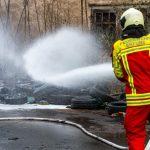 Wehren müssen Brand an einer alten Industriehalle in Erfurt löschen
