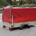 Anhänger fliegt von Fahrgestell und verursacht Unfall auf A9 bei Bad Lobenstein