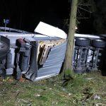Böschung hinabgestürzt: Zwei Männer in Sattelzug schwerstverletzt
