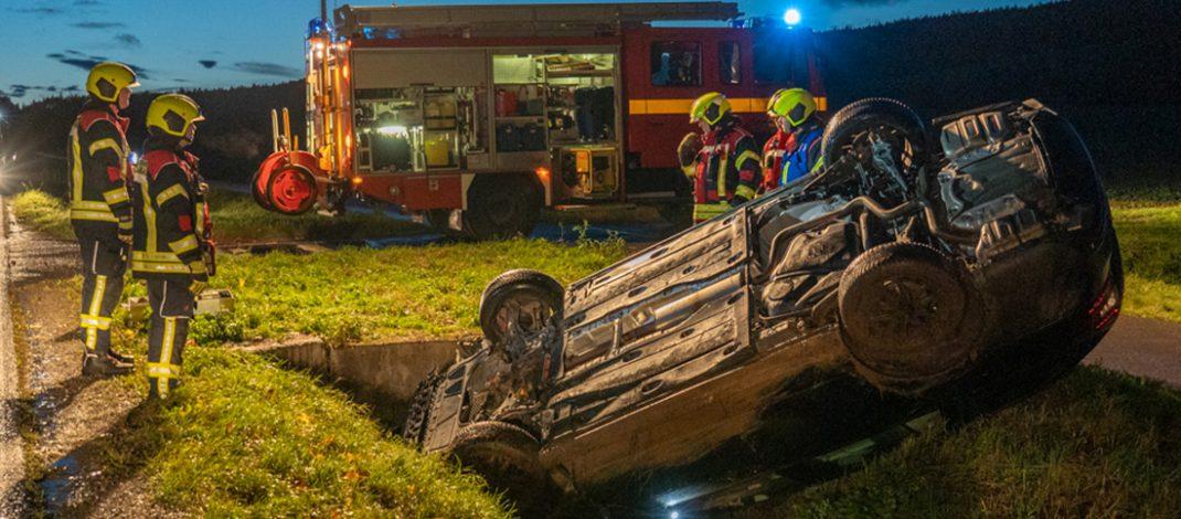 Auto landet bei Bad Berka auf dem Dach – Fahrer hatte großes Glück