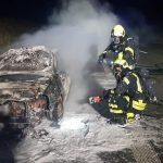15 Jahre alter Golf auf A9 abgebrannt - Familie kann sich retten