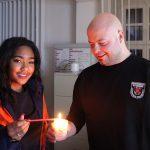 Friedenslicht auf dem Weg in die Stadt: Jugendfeuerwehr und Pfadfinder reichen Licht weiter